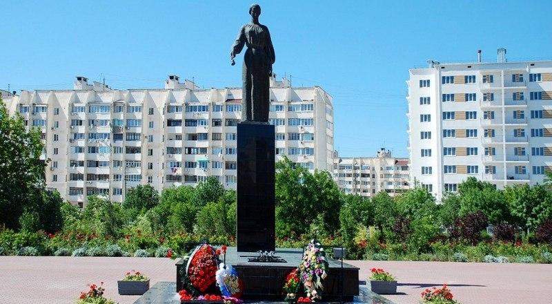 В 1985-м на Красной горке в Евпатории появилась фигура Скорбящей матери и Вечный огонь.