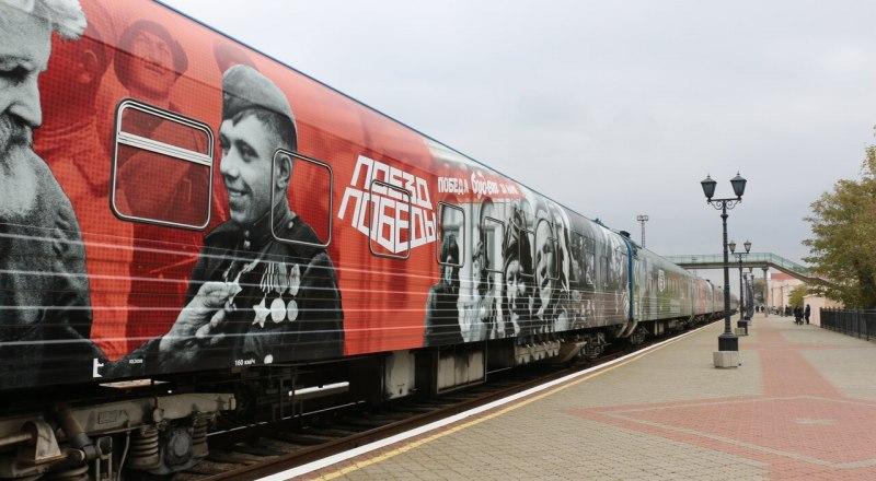 К сожалению, сейчас попасть в вагоны каждый желающий не может. Но поезд вернётся в следующем году.