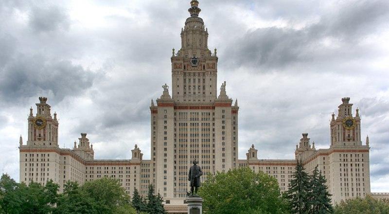 Фото взято с https://architectureguru.ru/lomonosov-moscow-state-university-building/