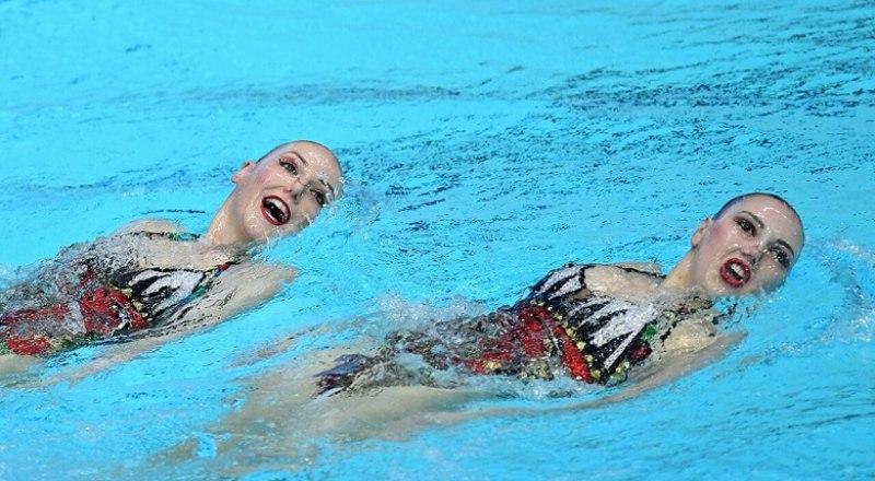 Выступает дуэт неоднократных олимпийских чемпионок, мира и Европы две Светланы - Колесниченко и Ромашина.