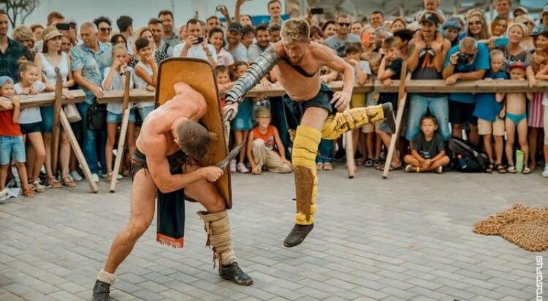 Гладиаторские бои в этом году - один из самых зрелищных эпизодов фестиваля.