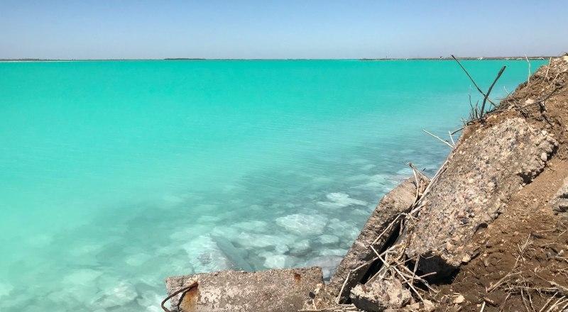 Берега озера похожи на кадр из постапокалиптического фильма.
