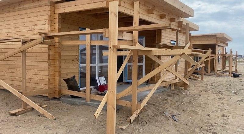 Вот такие домики внезапно выросли на пляже в Витино.