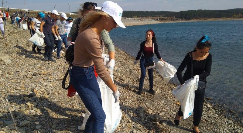 Общее дело, даже уборка мусора, объединяет людей.