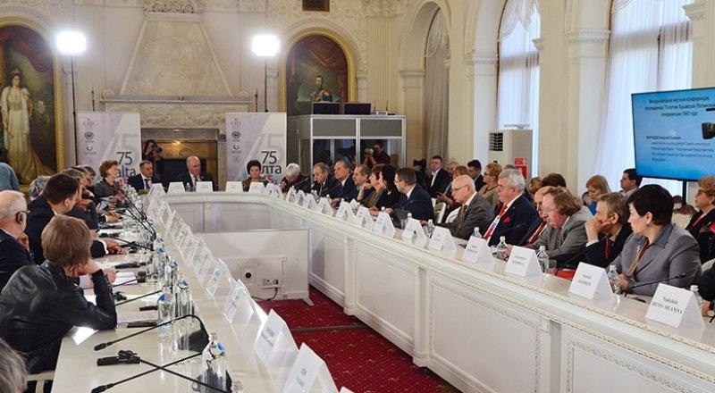 Участники конференции в Белом зале Ливадийского дворца.