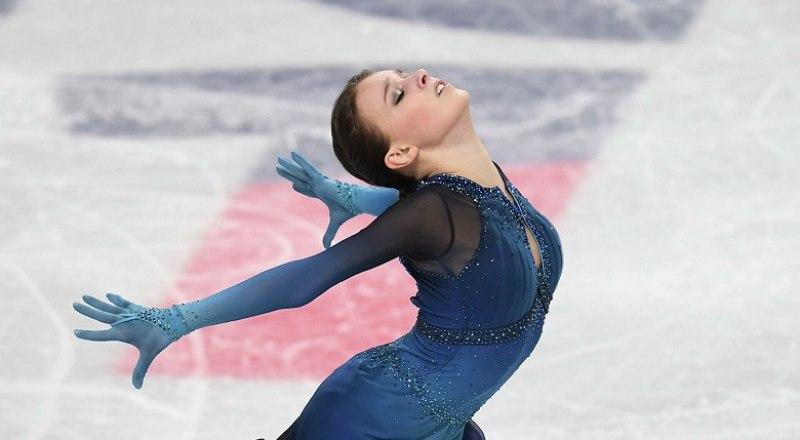 На льду новая чемпионка мира Анна Щербакова, которая в нынешнем зимнем сезоне выиграла все шесть турниров, в которых стартовала.