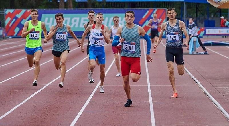 Стремительным рывком на финишной прямой мастер спорта из Симферополя Богдан Мазный (№300) завоевал звание чемпиона России среди молодёжи в беге на 800 м.