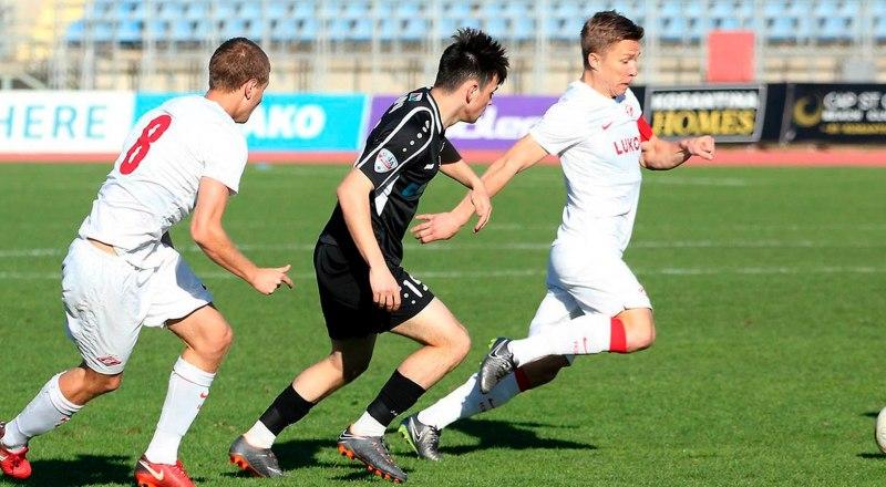 В атаке с мячом 18-летний полузащитник московского «Спартака» Михаил Игнатов, открывший счёт своим голам в премьер-лиге.