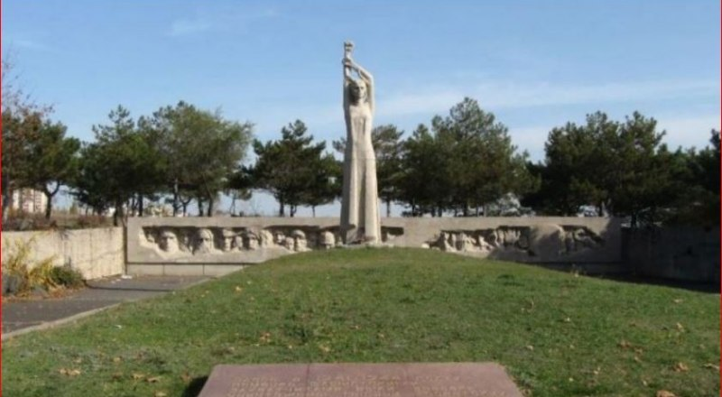 Мемориал в Дубках на месте массовых расстрелов в годы войны.