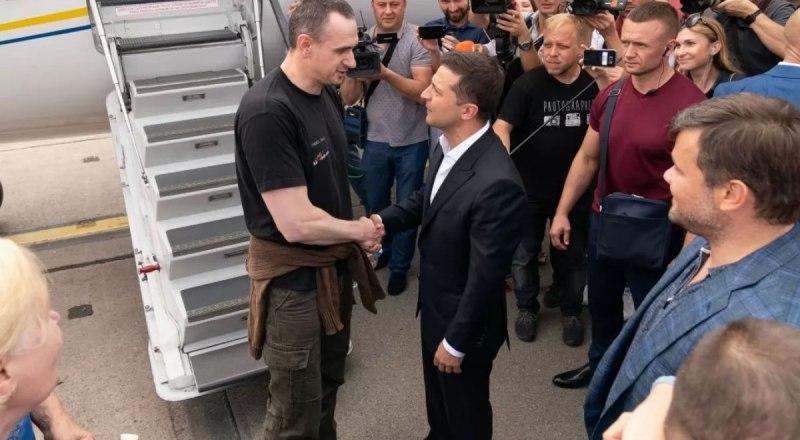 Освобождённый террорист Олег Сенцов: «Я не считаю, что принадлежу к лагерю Зеленского или к любому другому лагерю. Я сам по себе».