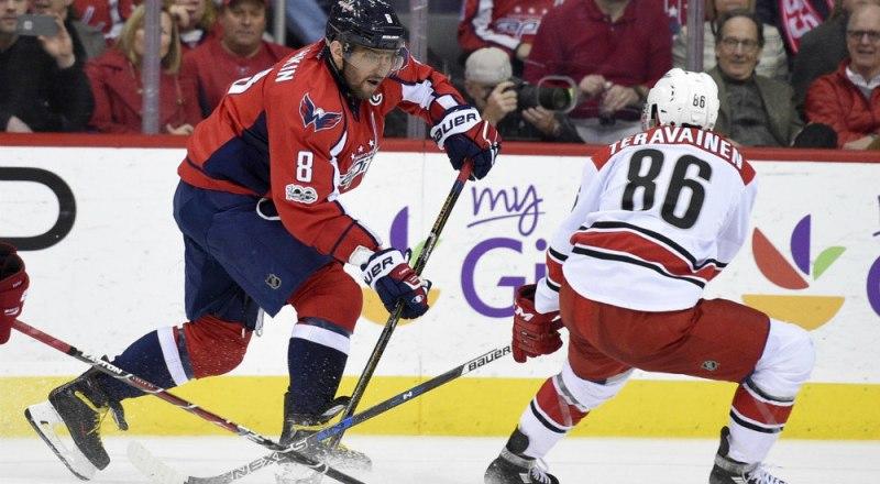 В игре - лучший бомбардир НХЛ россиянин Александр Овечкин (номер 8).