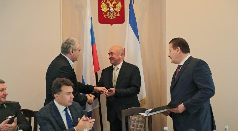 До назначения на пост министра юстиции Крыма Михаил Назаров (по центру) руководил Крымским управлением Следственного комитета России.