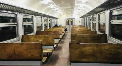 Пустые вагоны возят молчаливых людей.
