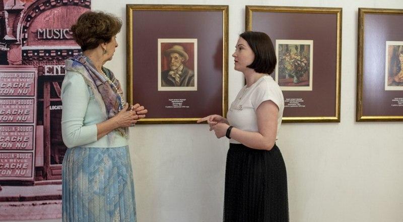 Выставку представляют Александра Кугушева (справа) и Екатерина Бородина. Фото Дарьи Фращенко.
