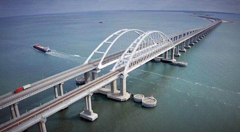 Благодаря особенностям конструкции, Крымский мост способен выдержать землетрясение в 9 баллов, считающееся опустошительным.