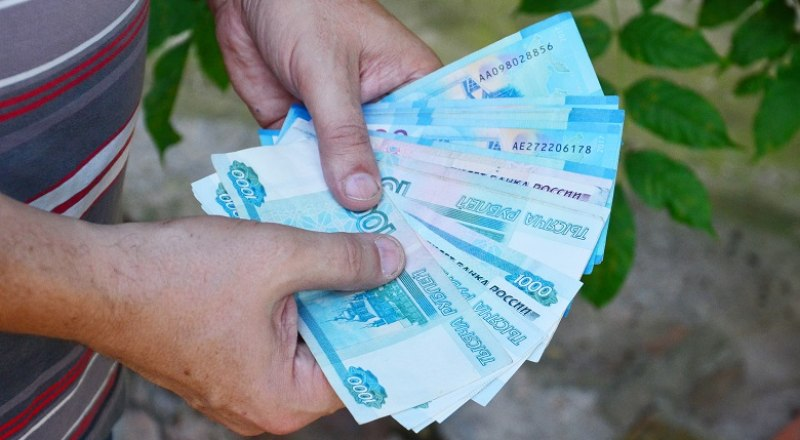 Повышение ключевой ставки позволит гражданам снова зарабатывать на рублёвых вкладах. Фото Анны КАДНИКОВОЙ.