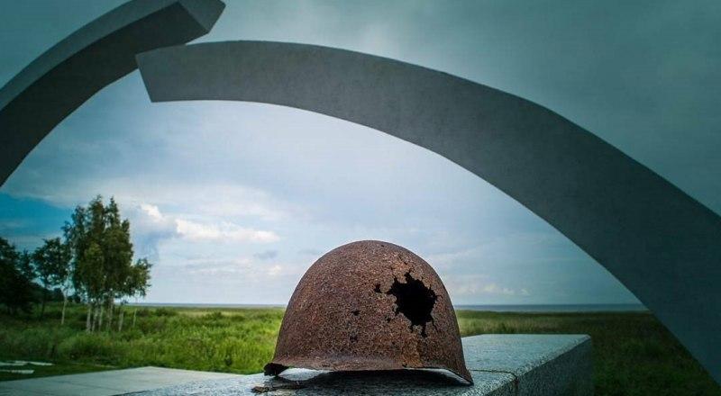 Памятник «Разорванное кольцо блокады» на Ладожском озере, в начале «Дороги жизни».