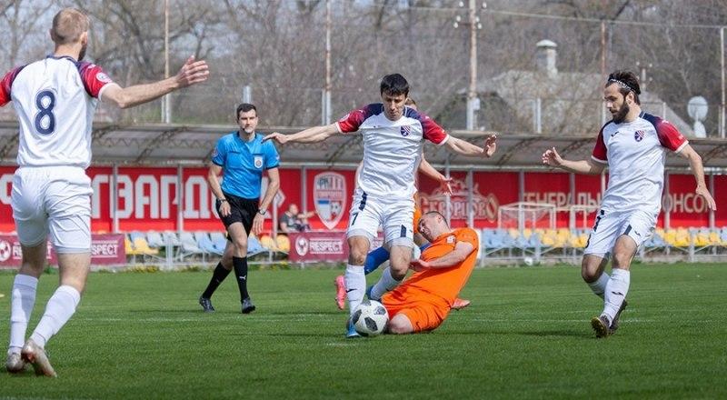 Игроки симферопольской «ТСК-Таврии» (в светлой форме) беспрерывно атаковали ворота феодосийского «Фаворита».