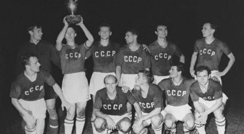 Вот они, первые чемпионы Европы-1960, футболисты сборной СССР, с желанным Кубком в руках.