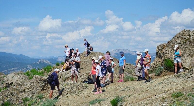 Туристы этим летом были в Крыму везде: и в городах, и в горах, и на диких пляжах.