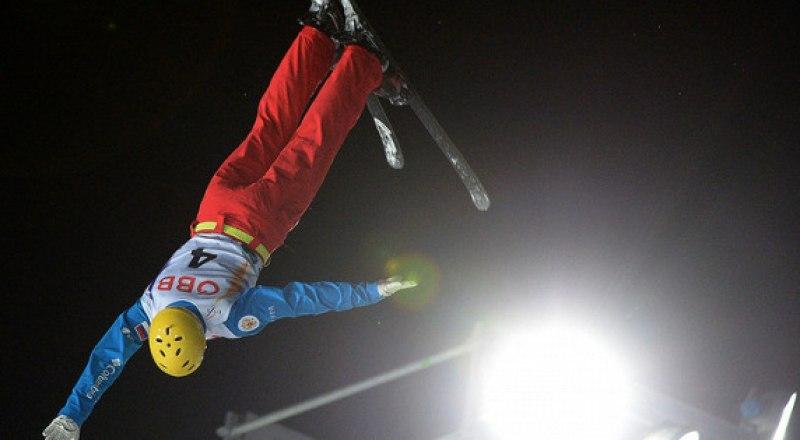 Прыжок с тремя винтами и тремя пируэтами выполняет чемпион мира-2019 по лыжной акробатике ярославец Максим Буров.