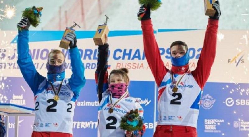 Сборная России (на снимке слева направо - Максим Буров, Любовь Никитина, Павел Кротов) - чемпион мира в смешанных командных прыжках в лыжной акробатике.
