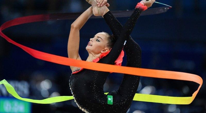Выступает героиня Игр-2019 художественная гимнастка москвичка Дина Аверина.