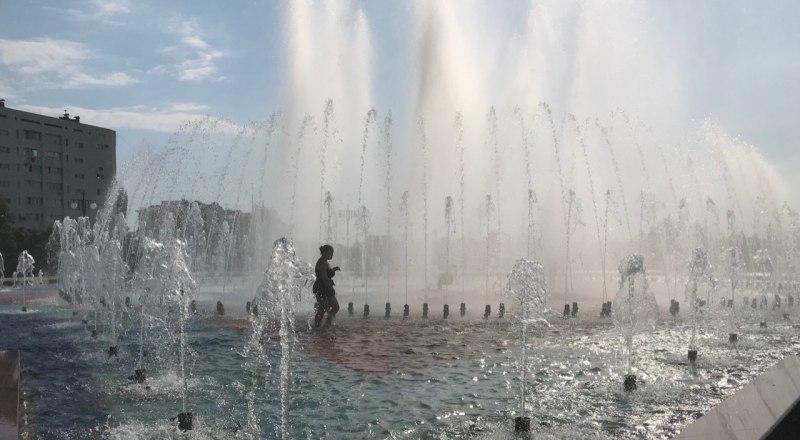 Жарким летом в Крыму многие любят остывать в фонтанах.