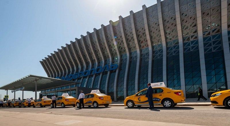 Такси в аэропорту хватает, но они не по карману большинству туристов.