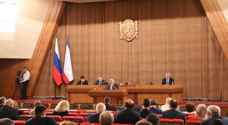 «Крым станет совершенно другим регионом». На внеочередной сессии крымского парламента.