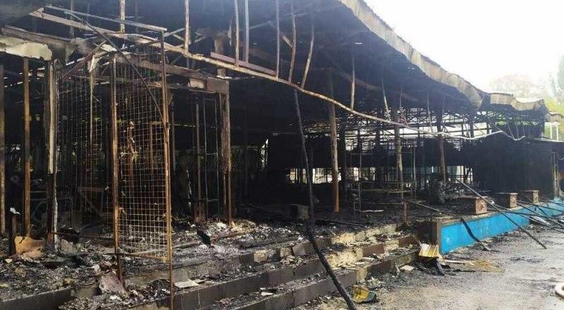Полностью локализовать возгорание удалось к 7 утра, сообщение о возгорании объектов торговли поступило в 2.35 на пульт Феодосийской пожарной части. Фото пресс-службы администрации Феодосии.