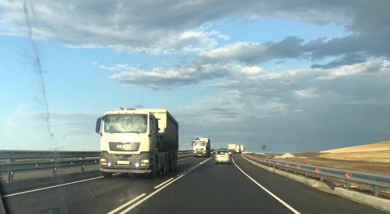 Несмотря на запрет Минтранса РК, грузовики ездят по «Тавриде».