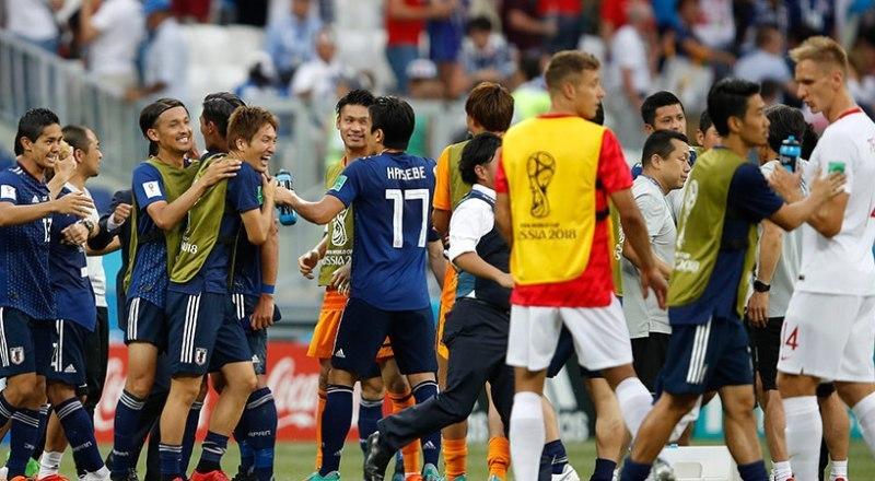 Вот они, «честные» японцы (слева на снимке), и поляки после окончания «исторического» матча на ЧМ-2018.