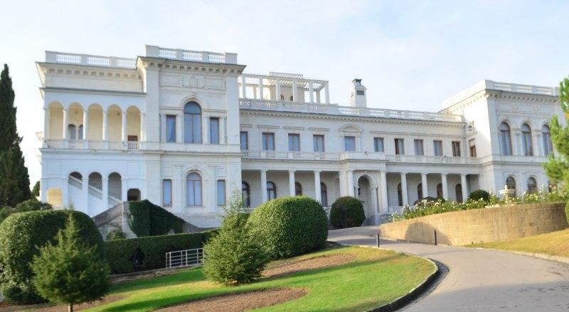 Ливадийский дворец популярен у туристов.