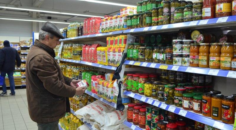 Ценник в магазине - это публичная оферта. Так что продавец обязан продать товар по стоимости, указанной в ценнике.