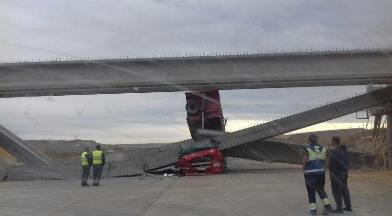 Водитель грузовика, снёсшего путепровод, родился в рубашке. Он успел выскочить из машины.
