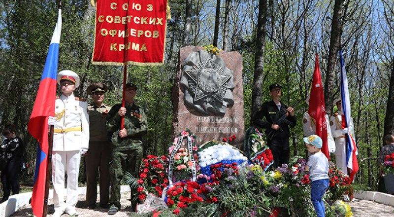 Памятный знак на Ангарском перевале. Правнуки победителей - героям войны.