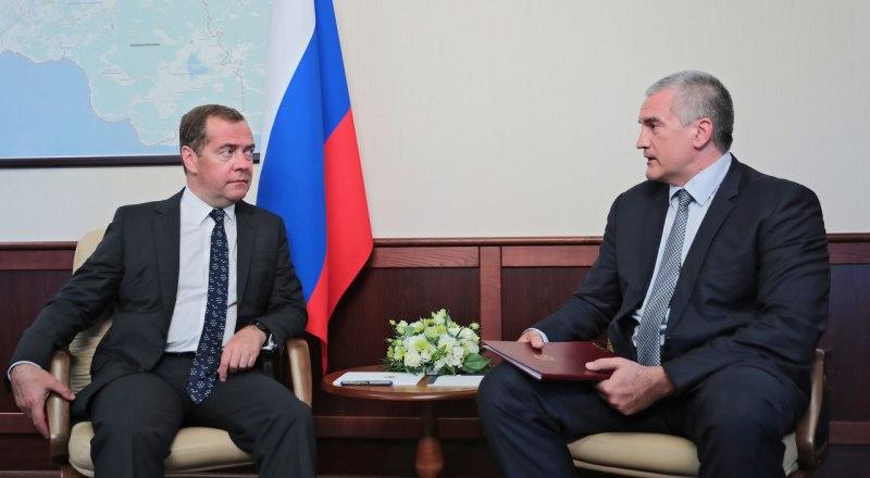 Дмитрий Медведев слушает доклад Сергея Аксёнова. Фото пресс-службы главы РК.