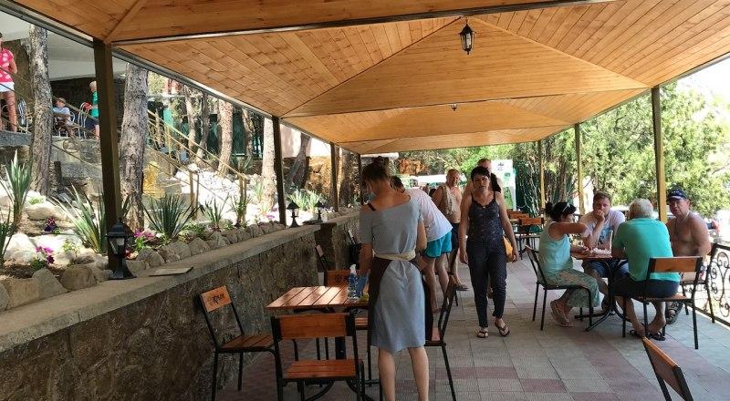 Пока работают только летние террасы в заведениях Крыма, но и в них есть свободные места. Туристы не торопятся к нам.