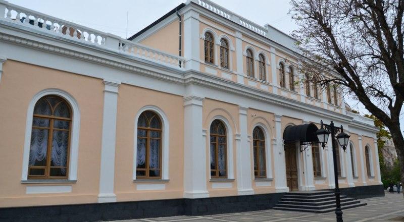 Фасад здания не просто отремонтировали, а вернули первоначальный облик - вплоть до цветового решения.
