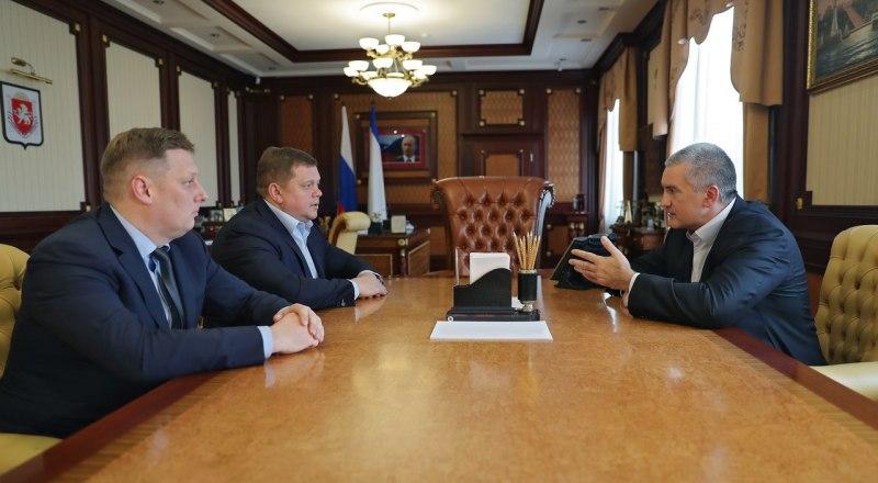 Глава республики Сергей Аксёнов, вице-премьер Евгений Кабанов и новый глава Госстройнадзора Дмитрий Буравлев.