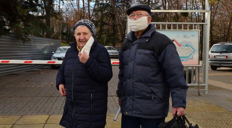За время праздников многие отвыкли от масок, но их ношение в общественных местах по-прежнему обязательно.