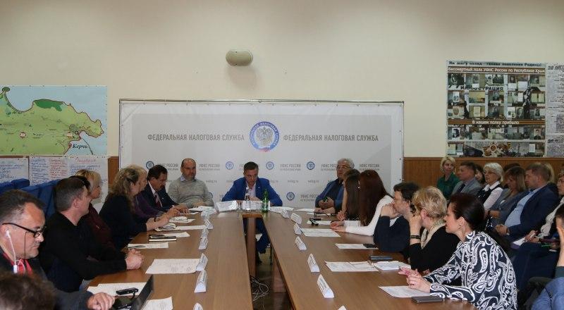 За «круглым столом» с руководителем УФНС России по РК Романом Наздрачёвым.