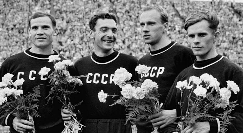 Cеребряный призёр Игр XV Олимпиады в Хельсинки-1952 в эстафете 4х100 м сборная ССCР, крайний справа Борис Токарев.