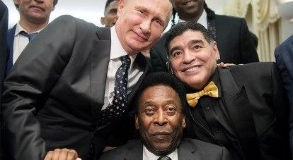 Легенды мирового футбола - бразилец Пеле и аргентинец Диего Марадона с президентом Российской Федерации Владимиром Путиным на приёме в Кремле.
