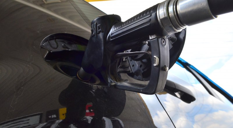 Несмотря на подорожание 95-го бензина, спрос на него остаётся стабильным. Фото Александра Кадникова.