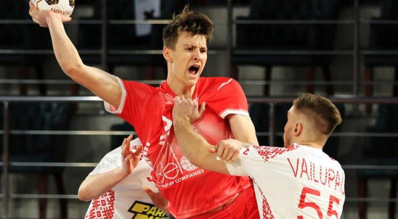 Российский гандболист Сергей Марк Косоротов атакует ворота соперников.