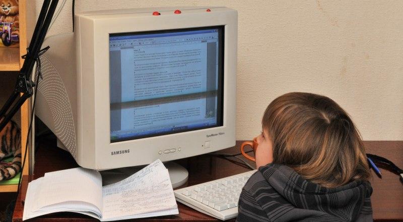 Родителям стоит контролировать, чем занимается ребёнок в интернете.