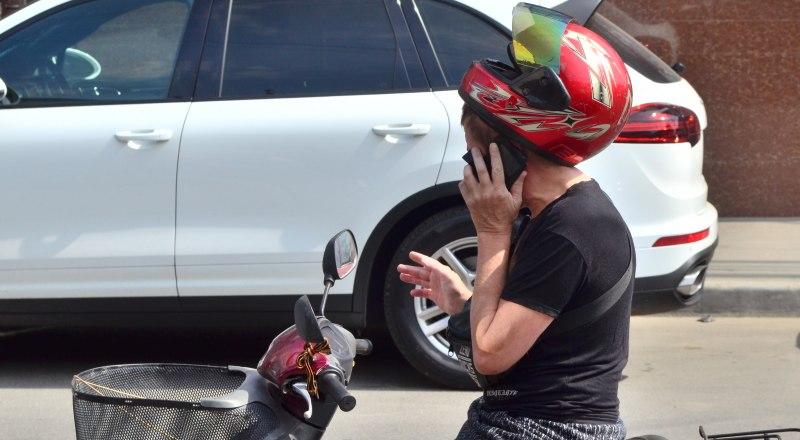 За разговоры по мобильному телефону во время движения можно и прав лишать.