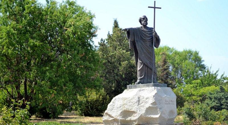 Памятник апостолу Андрею Первозванному в Херсонесе.